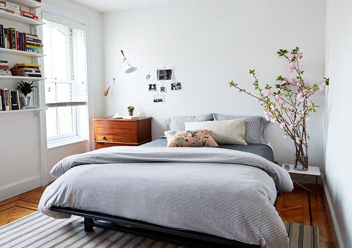 A Medical Resident's Modern & Budget-Friendly Brownstone ... on Basic Room Ideas  id=54441