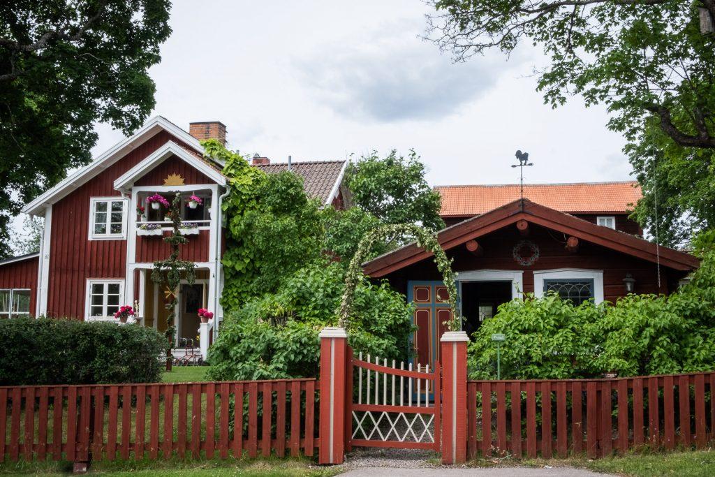 Vakker natur og røde hus Dalarna Sverige