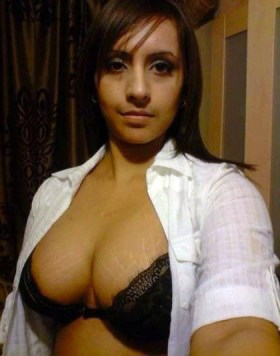 sexy-boobs-pretty-desi-indian-mother