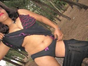 Desi Aunty horny pose pic