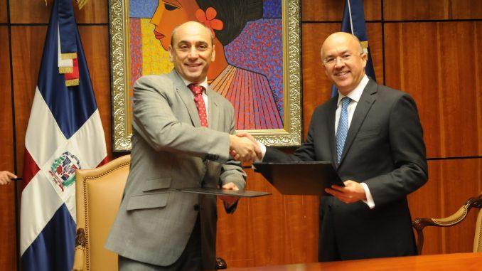 El procurador Francisco Domínguez Brito y el representante del PNUD, Lorenzo Jiménez, durante la firma del documento.