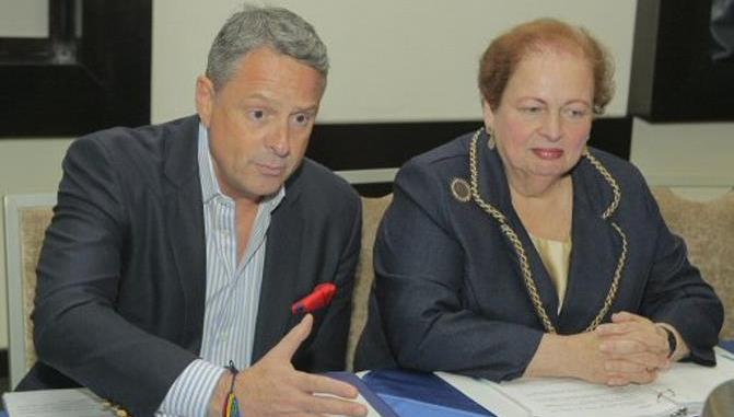 El embajador estadounidense en Panamá, John Felley (i), habla junto a la subsecretaria estadounidense para el Hemisferio Occidental, Mari Carmen Aponte.