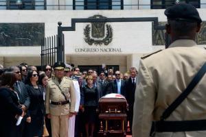 Momento en que fueron rendidos honores a Hatuey De Camps por su condición de exdiputado.