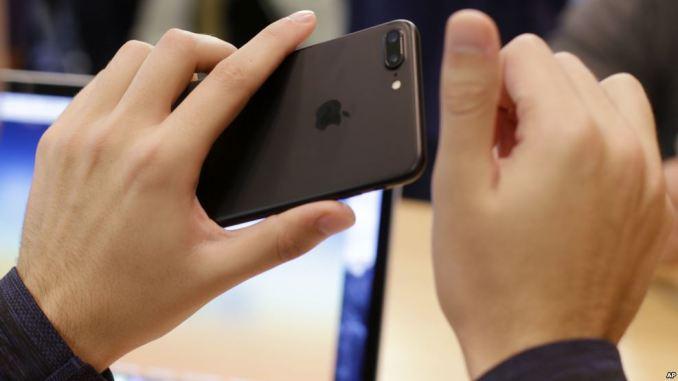Foxconn ya habría empezado a analizar la posibilidad, aunque Pegatron estaría en desacuerdo por el alto costo que implicaría hacer los teléfonos y otros equipos en Estados Unidos.