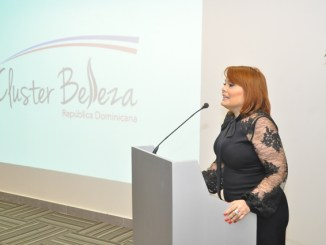la empresaria Rommy Grullón pronuncia su discurso como presidenta Clúster de la Belleza en RD.