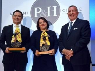 Galardonados Luis Henry Molina en la categoría Gobierno o Judicatura y Elizabeth Mena en la categoría Consejero Corporativo junto a Ricardo Pellerano, socio gerente de la firma. Ausente: Leonel Melo, galardonado en la categoría Practica Privada.