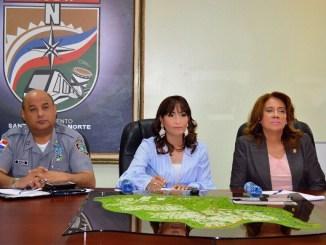 La doctora Mirna Font-Frías, directora del SRSM , licenciada Blanca Rodríguez , vicealcaldesa ASDN y el director Regional de Prevención de Santo Domingo Norte, general Máximo Aybar.