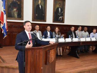 El procurador Jean Rodríguez al pronunciar su discurso durante el encuentro. Al lado, en la mesa principal, figuran las demás autoridades que participaron en la actividad.