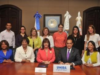 Al centro, Yanira Fondeur de Hernández y Julio Amado Castaños Guzmán, acompañados de directivos de ambas entidades, luego de la firma del convenio.