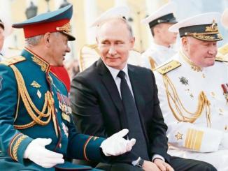 El presidente ruso, Vladimir Putin, habla con el ministro de Defensa, Sergei Shoigu, en la celebración de Día de la Armada, en San Petersburgo, Rusia.