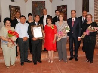 Frank Lendor junto a los miembros de la compañía de Cantantes Liricos. Verónica Sención, Jose Mármol, Arva Ojeda, Leyla Pérez y Carmen Heredia de Guerrero.