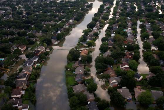 Viviendas parcialmente sumergidas por las inundaciones del huracán en una zona residencial al noroeste de Houston