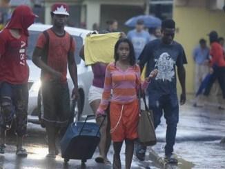 Residentes en Rafey, mientras son evacuados de sus hogares.