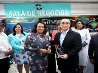 Isabel Estevez entrega Placa reconocimiento a Mario Lama
