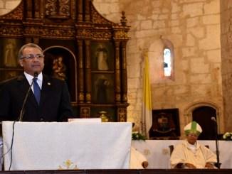 El administrador general de Banreservas, Simón Lizardo Mézquita, da gracias por el 76 Aniversario de la institución financiera, durante la misa celebrada en la Catedral Primada de América.