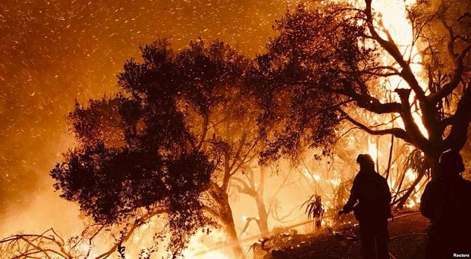 Bomberos tratan de contener las llamas en el incendio Thomas, en el condado de Santa Bárbara, cerca de Los Ángeles.