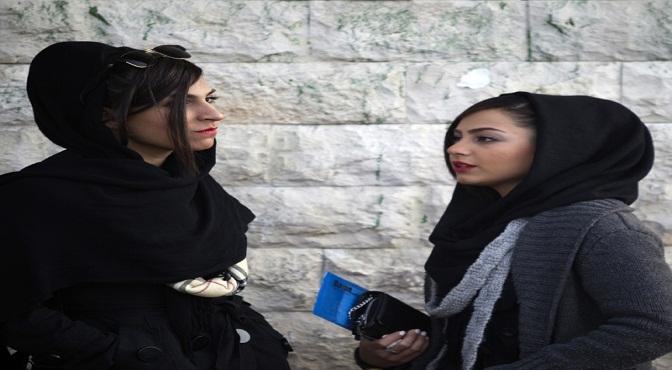 Dos mujeres iraníes portan la vestimenta según el estricto código islámico, pero gracias a una nueva ley ya no será obligación usarlo