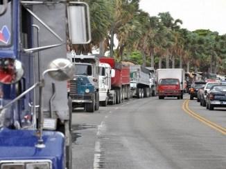 Decenas de camioneros paralizaron sus labores a escala nacional y obstruyeron la circulación de vehículos hacia una mina de agregados en Hatillo Palma, Monte Cristi, debido a un conflicto de la Federación Nacional de Transporte Dominicano (Fenatrado) con empresas que construyen diversas obras en el noroeste del país.