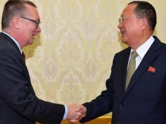 Fotografía cedida por la Agencia Central de Noticias de Corea del Norte (KCNA), muestra al ministro de Relaciones Exteriores de Corea del Norte, Ri Yong-ho (d), saludando al subsecretario general de Asuntos Políticos de la ONU, Jeffrey Feltman (i), el 7 de diciembre de 2017, en Pyongyang.