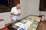 Thimo Pimentel observa la exposición.