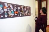 Mercedes Rico observa la exposición.
