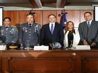 El procurador Jean Rodríguez, el jefe de la PN, Ney Aldrin Bautista, así como Ana Andrea Villa Camacho, la generala Teresa Martínez y Luis Vergés, en la apertura de la inauguración del programa de capacitación.