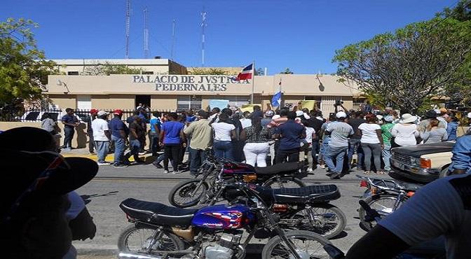 Con una guagua anunciadora piden a los haitianos abandonar Pedernales antes de 24 horas