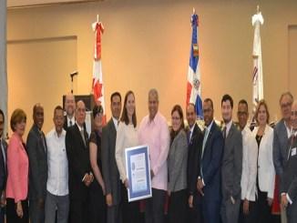 La Embajadora de Canadá junto a los miembros del Club Rotario