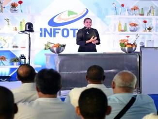 María Marte se dirige al público en Cooking Show