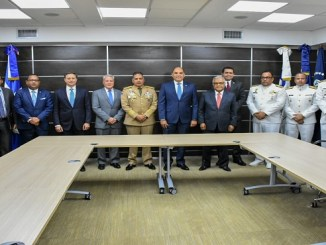 El procurador Jean Rodríguez junto a los titulares de las instituciones que firmaron el protocolo de actuación para la autorización de las entradas y salidas de los buques mercantes y comerciales en los puertos dominicanos.