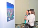 Fiordaliza del Rosario y Ayleen Abreu observan algunas de las obras.