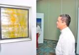 Alan Estevez observa una de las obras.