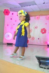 Una de las coquetas niñas modelando un hermoso vestido