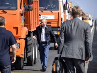 Putin se aleja del camión tras haber cruzado los 19 kilómetros del nuevo puente que conecta a Rusia con la península de Crimea