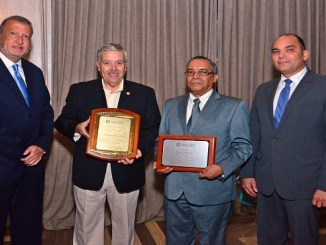 Luis Valdez, presidente de Asodec_ Hernán González, primer presidente_ Jorge Merete co-fundador y Enrique Ramírez director de Aduana.