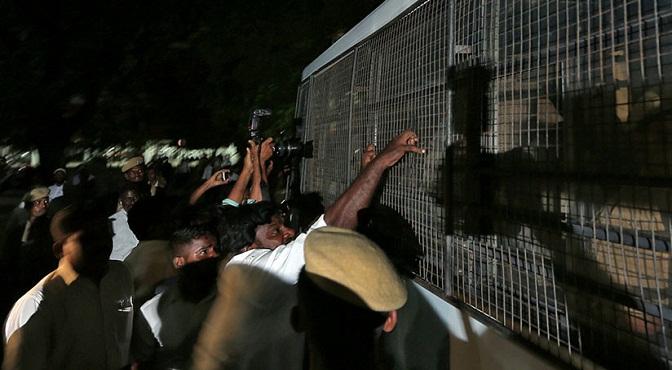 VIDEO: 50 Abogados intentan linchar a 17 hombres acusados de violar a una menor durante meses en India