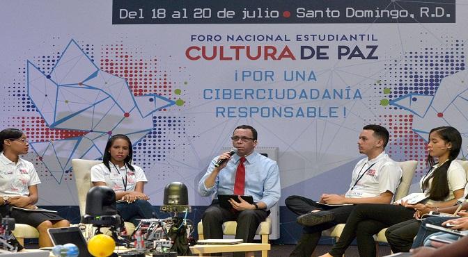 Andres Navarro acuerda con estudiantes impulsar una ciberciudadanía responsable.