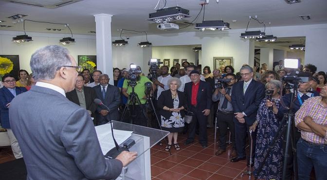 El administrador general de Banreservas, Simón Lizardo Mézquita, encabeza un homenaje a la pintora Ada Balcácer, en el Centro Cultural Banreservas, en octubre de 2017.
