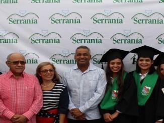Manuel Quiterio Cedeño, Maribel Pichardo y Josel Santos, junto a las estudiantes que finalizaron sus estudios en esta casa educativa.