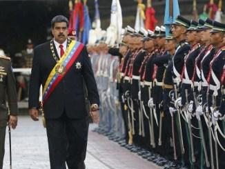 Un desfile militar en Caracas en mayo de este año. La Casa Blanca se negó a contestar preguntas sobre las conversaciones sobre los militares rebeldes.