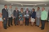 El autor Roberto Almonte recibe un obsequio de Veronica Sencion y fundadores de Rotary.