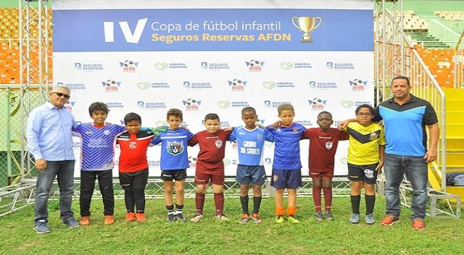 Osiris Matos y Jonathan Cabral junto a los capitanes de los equipos de futbol.