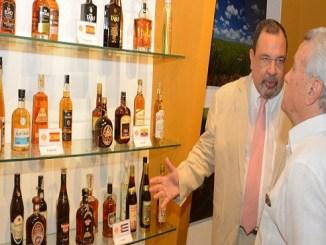 Luis Enrique Yaber, director de Yazoo Investments, ofrece explicaciones sobre sus productos al ministro Nelson Toca Simó.