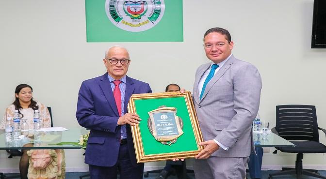 José Hazim Torres entrega reconocimiento al escritor Andres L. Mateo.