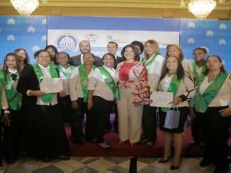 La vicepresidenta de la República, doctora Margarita Cedeño, y funcionarios de PepsiCo y FUNDES, junto a un grupo de mujeres que recibieron sus certificados tras completar el curso Mujeres con Propósito.