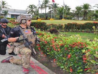 Un instructor militar de Estados Unidos dirige un equipo de fuerzas dominicanas en una operación simulada de acción contra terrorismo.