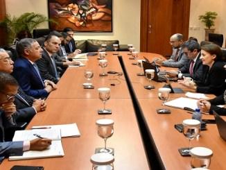 El ministro de Hacienda, Donald Guerrero Ortiz y AlionaCeborati, jefa de la misión del Fondo Monetario Internacional, encabezaron la reunión que se llevó a cabo en el salón Miguel Cocco de la institución.