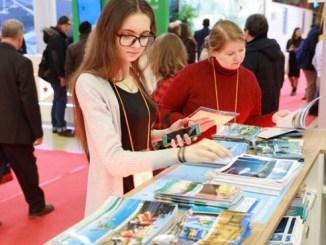 Visitantes al stand dominicano en Rusia