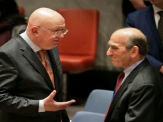 El embajador ruso en Naciones Unidas, Vasily Nebenzya, izquierda, habla con el enviado especial de Estados Unidos para Venezuela, Elliott Abrams, antes de una reunión del consejo de seguridad en la sede de la ONU el jueves 28 de febrero de 2019.