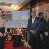 La artista plástica Lary Giovanna en compañía de Fermín Acosta, ganador del lienzo pintado durante la actividad , y de Alina Victorio.